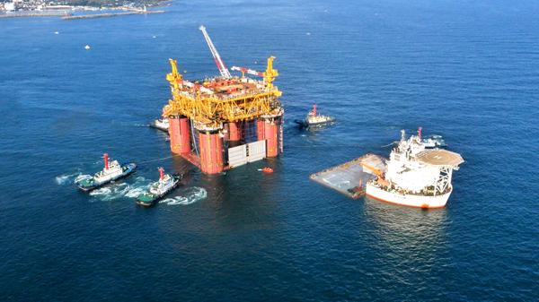 1月2日,海油工程半潜式自航工程船海洋石油278运输TLP(张力腿平台)即将到达目的地加蓬Gentil(谦蒂尔)港,这是该船首次运输超大型单体海洋结构物。 本次运输的TLP(张力腿平台)名为Moho Nord TLP(北莫河张力腿平台),货主为Total(道达尔)公司,由韩国现代重工完成建造,于2015年11月21日完成TLP浮装,浮装作业重量为19990吨。韩国时间11月30日,海洋石油278装载该TLP从韩国蔚山港起航,根据航程计划,航线全程为10454海里。 据悉,这是海油工程与荷兰Dock