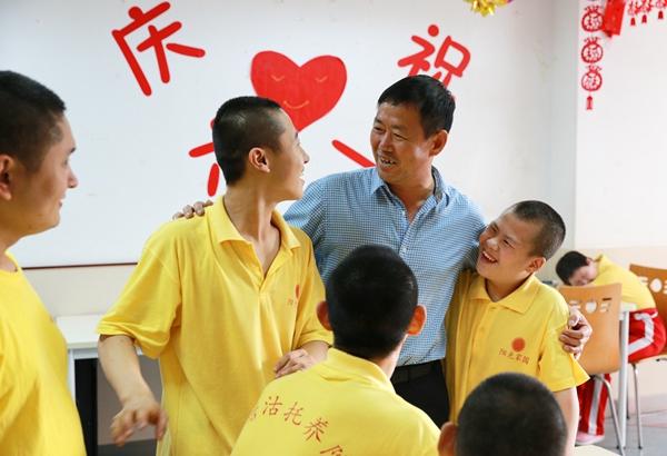 曹军辉就加入了社会志愿者组织