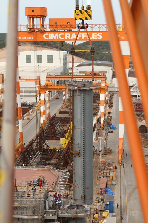"""10月11日,""""海洋石油162""""重达200吨的右舷桩腿上节吊装完毕."""