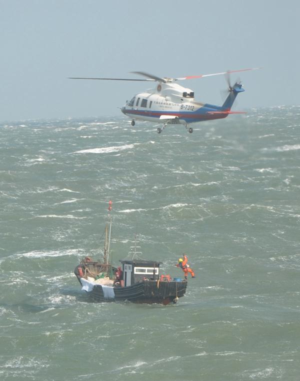 海况,准备救生衣,救生圈,抛缆绳等救援设备…… 船在颠簸中艰难航行
