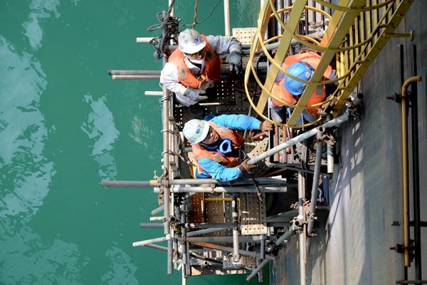 """""""五一""""期间,海油工程青岛公司制造场地异常繁忙,各生产项目建造稳步"""