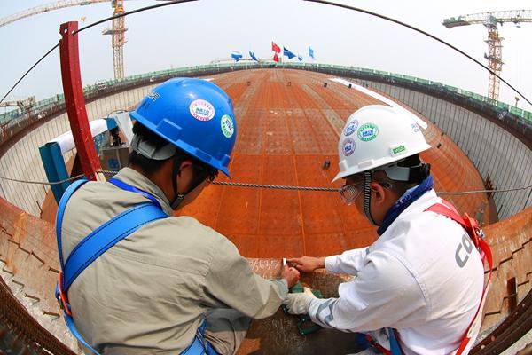 观测人员观测升顶高度数据。 通讯员 李浩玮 摄 6月29日,我国完全自主设计、建造的最大直径16万立方米LNG(液化天然气)储罐成功实现气压升顶作业。此次升顶作业应用5项中国自主专利技术,打破了国外技术垄断,填补了中国在该领域的技术空白,对中国LNG产业发展具有里程碑意义。 该储罐是天津LNG替代工程的核心部分,位于滨海新区,由中海油天津液化天然气有限责任公司投资,海洋石油工程股份有限公司总承包建设,气电集团技术研发中心提供核心技术。 LNG储罐是LNG接收站的核心装置,也是投资最大的单体设施。此次升顶