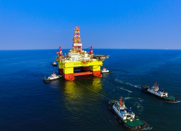 """""""海洋石油982""""被拖航到大窑湾码头进行倾斜试验等作业."""