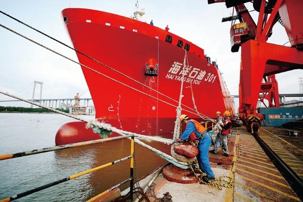 """""""海洋石油301""""运输船厂修和首次五年特检掠影"""
